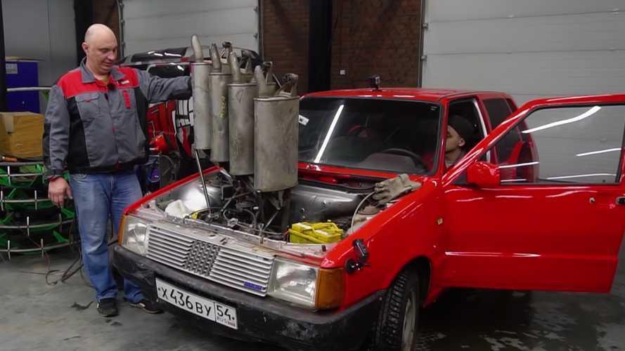 Este Fiat Uno con cuatro silenciadores, solo podía existir en Rusia