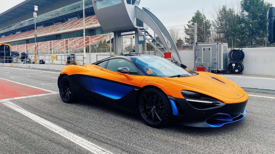 Egy vadul festő McLaren 720S is felbukkant az idei F1-es autó mellett (videó)