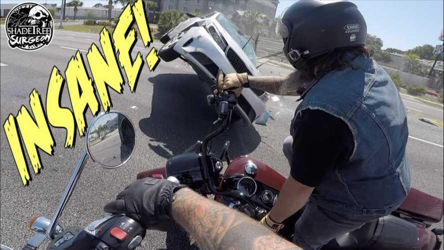Sisakkamerával rögzítették, ahogy egy felboruló Kia majdnem ráesik két motorosra