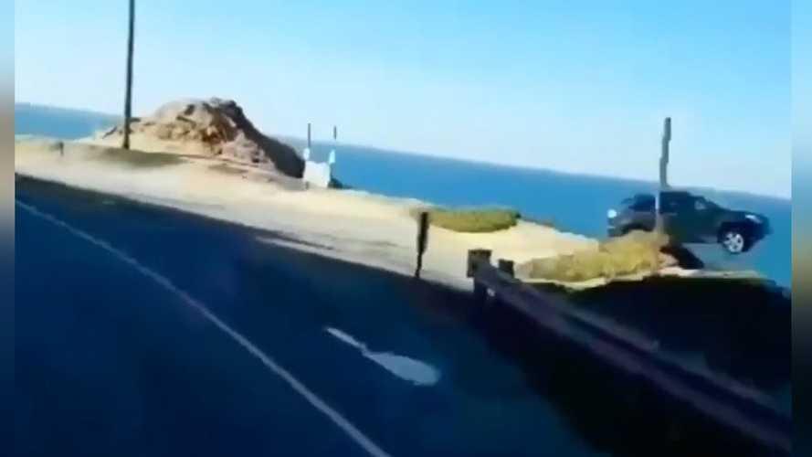 Kaliforniya'da bir araç feci şekilde uçurumdan uçmuş