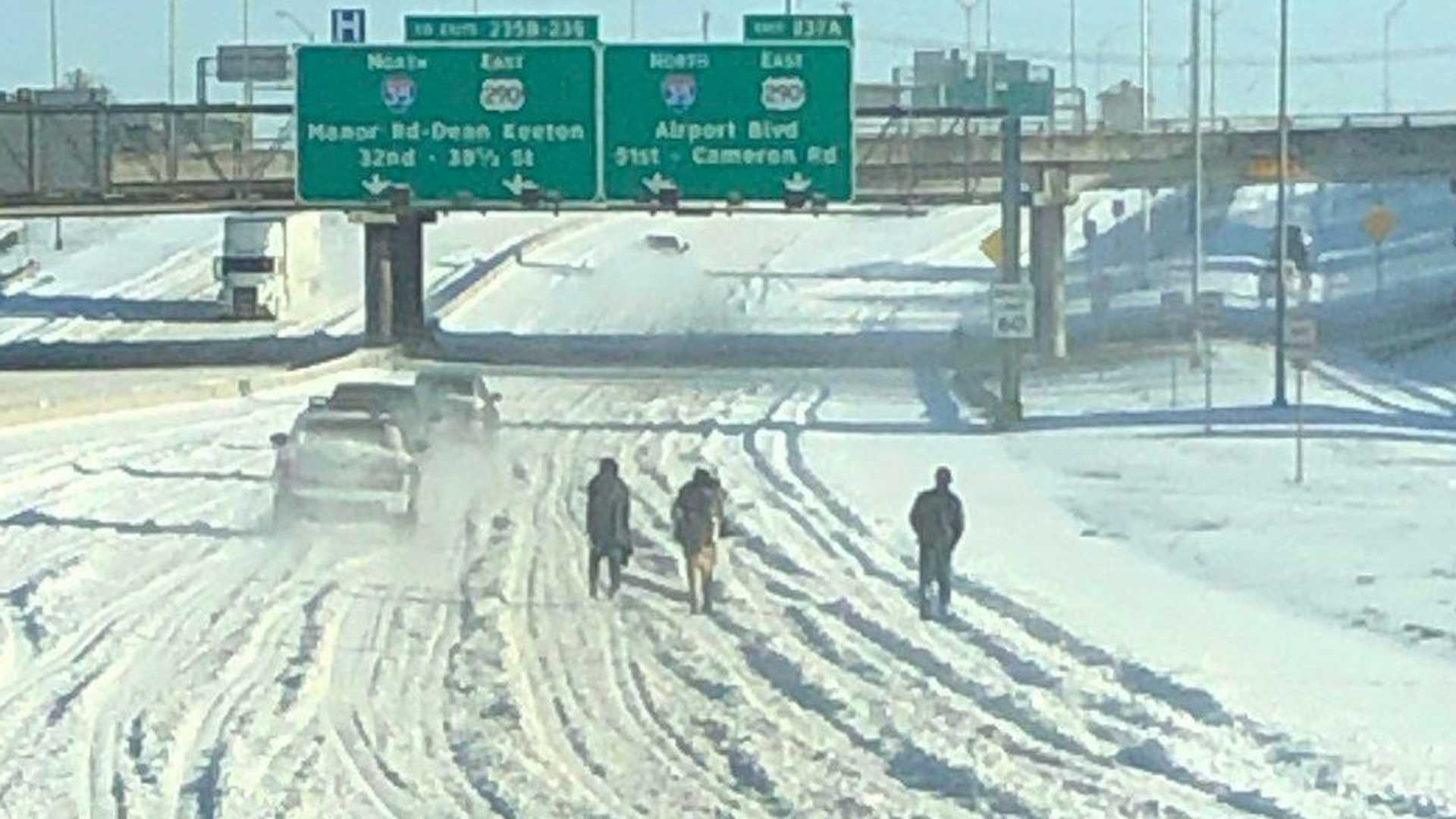 Техасский DoT напоминает жителям не ходить по заснеженным шоссе