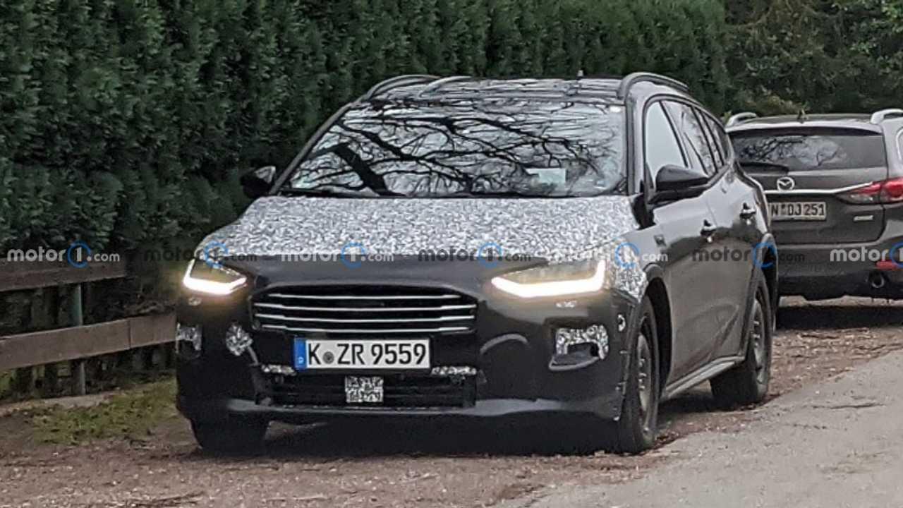 Ford Focus facelift spy photos lead image