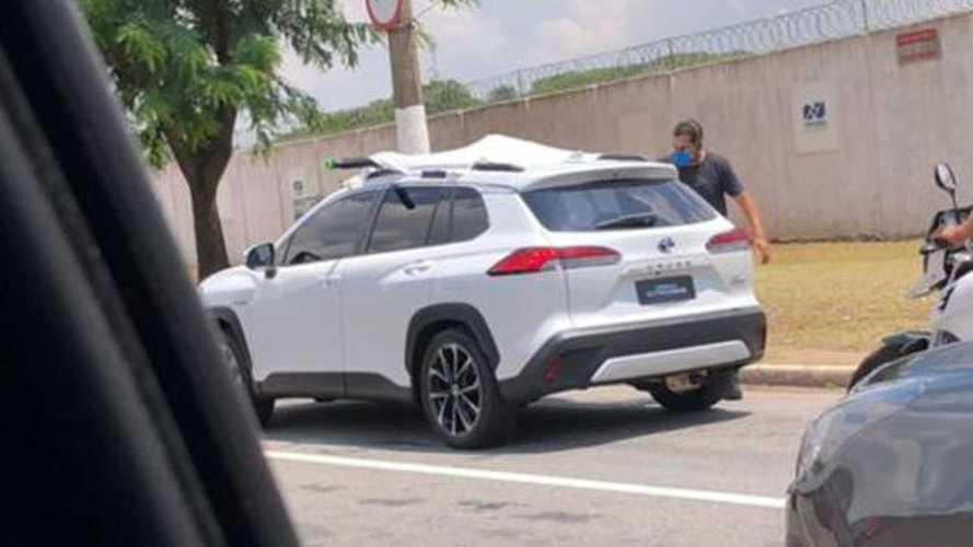 Flagra: Novo Toyota Corolla Cross Hybrid já roda sem camuflagem no Brasil