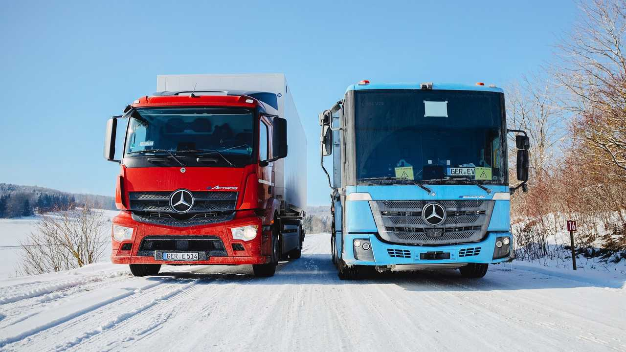 Mercedes-Benz eActros (red) and Mercedes-Benz eEconic (blue)