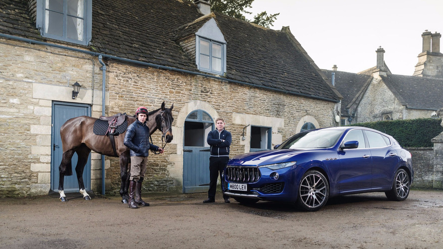 Maserati Levante frente a un caballo del Grand National