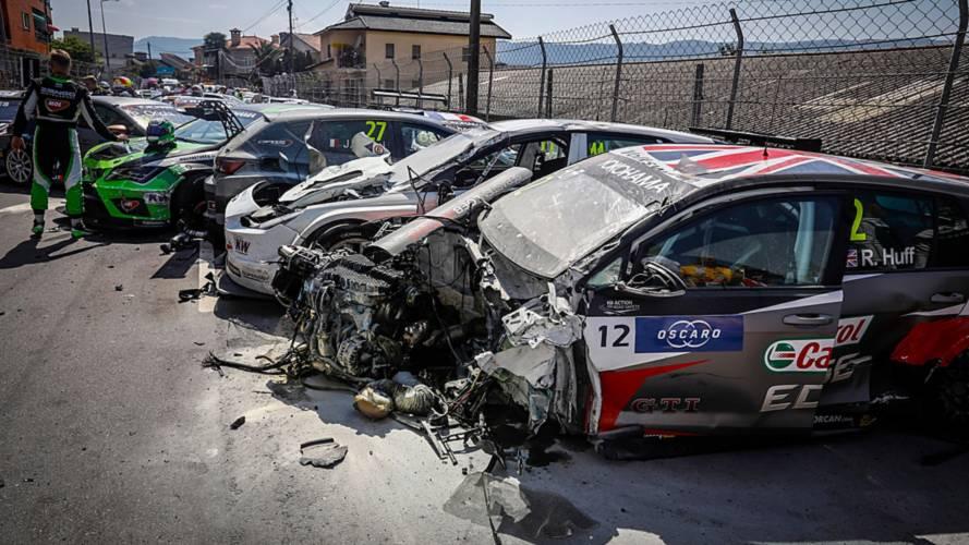 Un carambolage monstre au départ de la course de WTCR à Vila Real