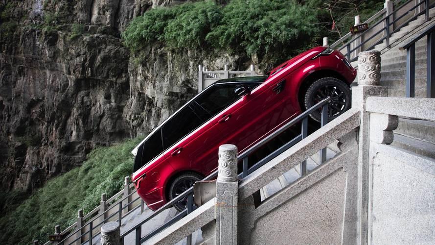 Vídeo - Range Rover Sport híbrido escala incrível escada de 999 degraus