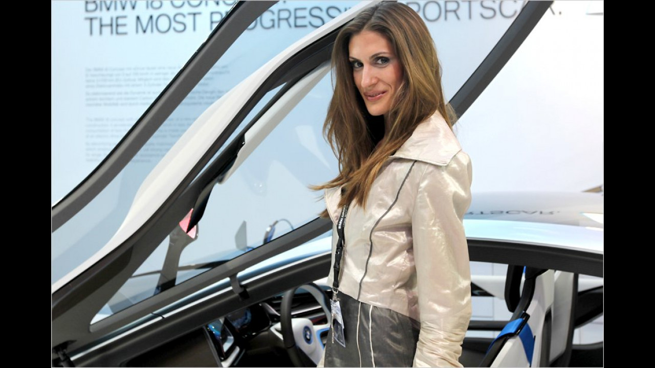Sie lacht: Ihr BMW fährt ja auch elektrisch