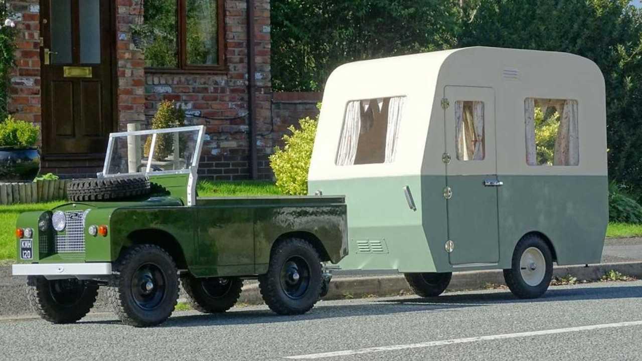 Mini Land Rover eléctrico con caravana