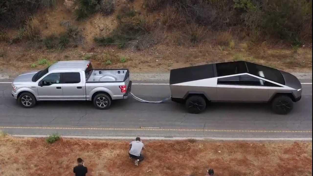 Tesla Cybertruck vs. Ford F-150 (Tauziehen)