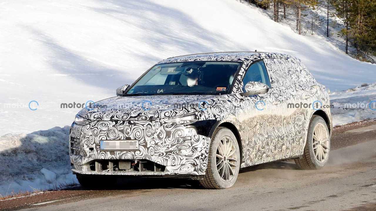 Yeni Audi Q6 e-tron'un çapraz açıdan yakalanmış casus fotoğrafı.
