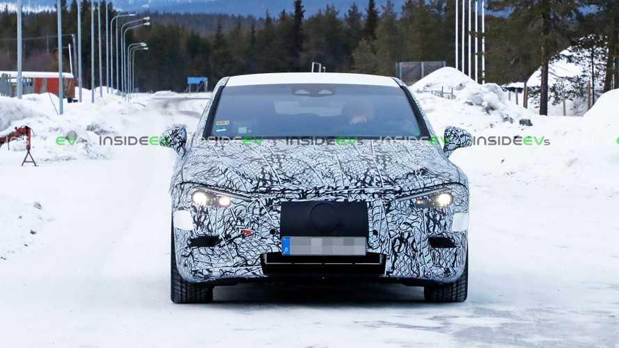 Mercedes EQE, le foto spia sulla neve