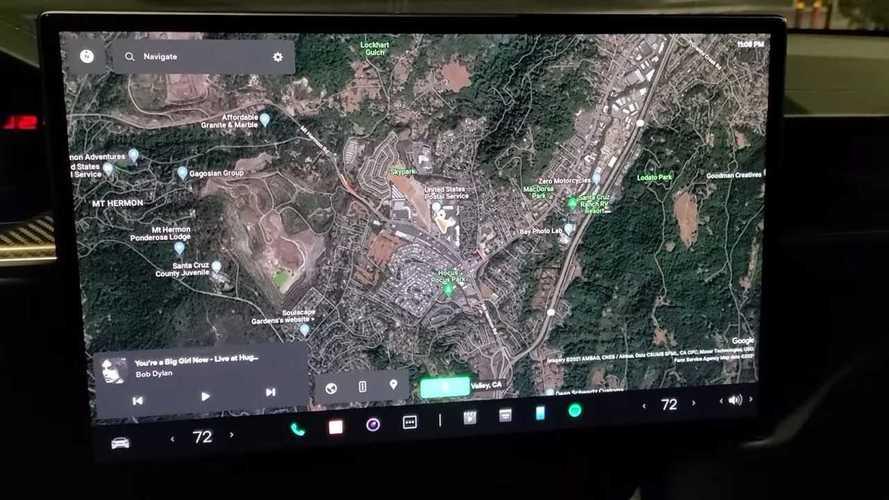 Tesla cambia l'interfaccia utente dell'infotainment: il video