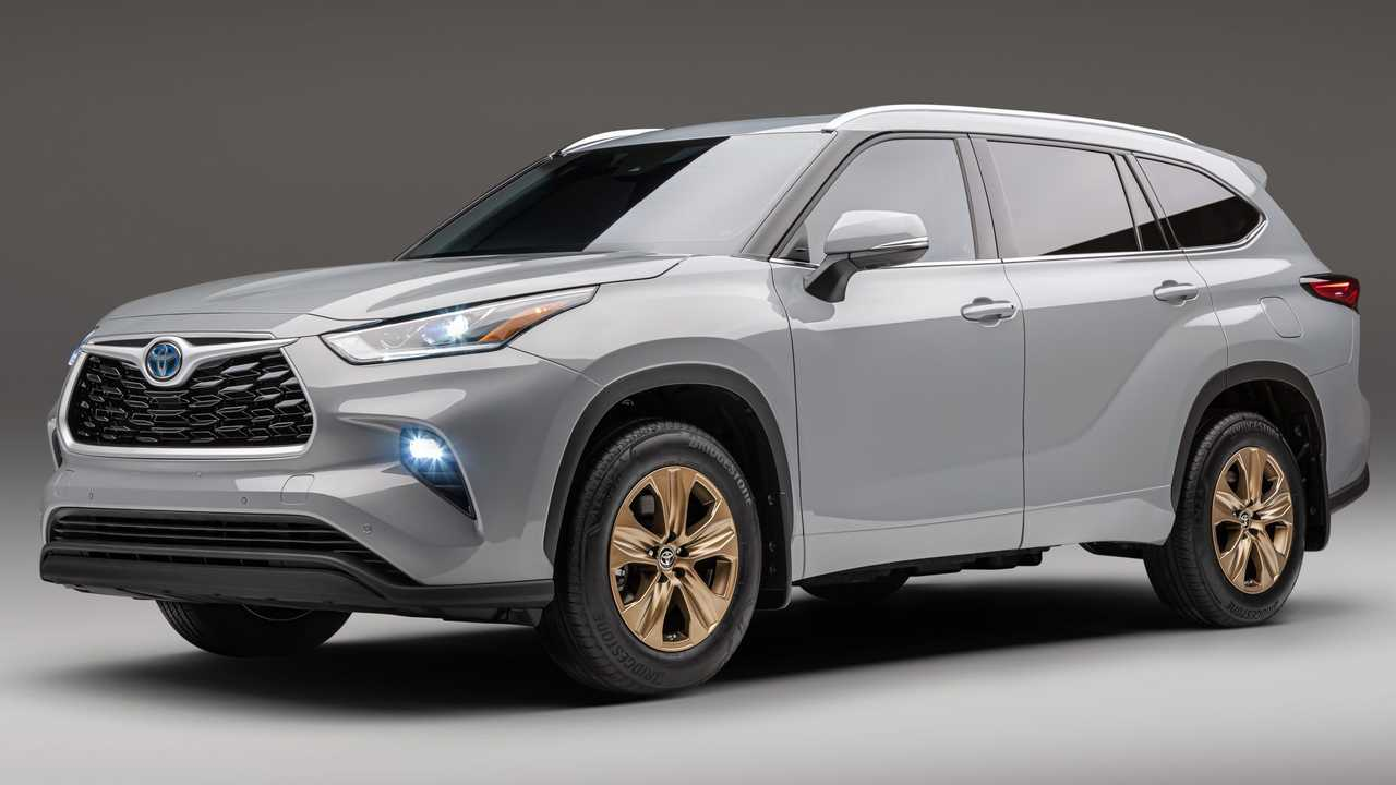 2022 Toyota Highlander Bronze Edition front three-quarter angle