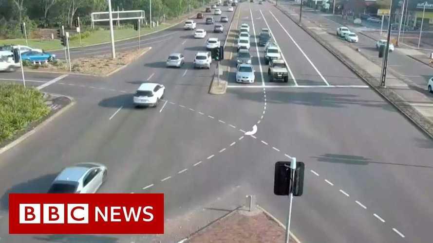 Auto impazzita attraversa una strada a 8 corsie. L'incredibile video