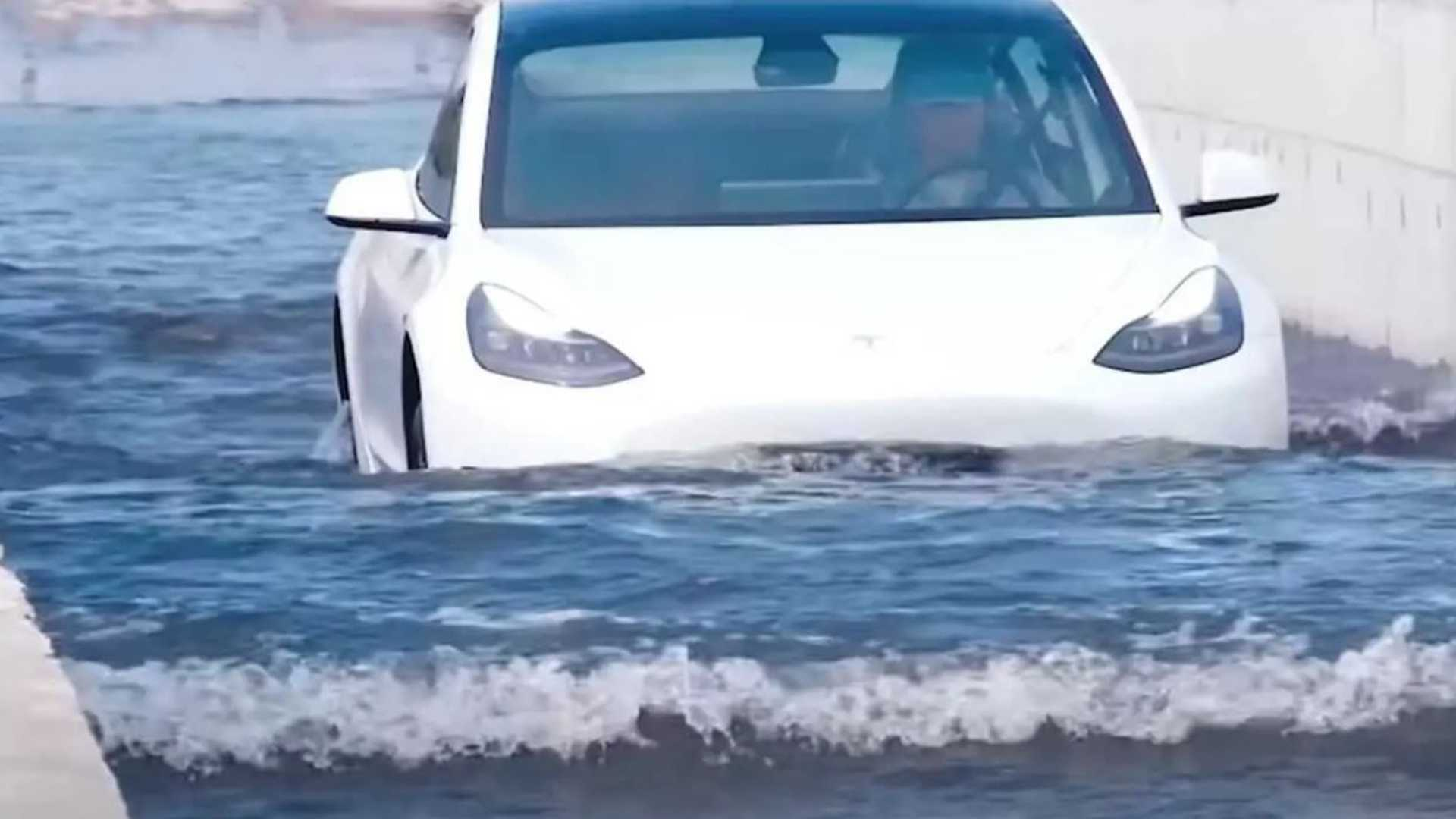 VIDÉO - En Chine, les Tesla n'ont pas peur de l'eau