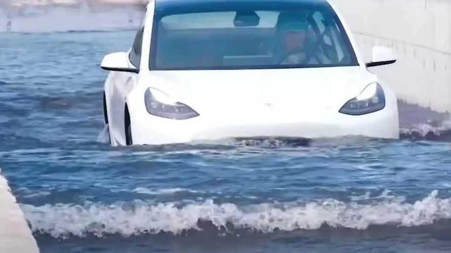 """Le Tesla """"galleggiano"""" davvero? Gli incredibili video dalla Cina"""