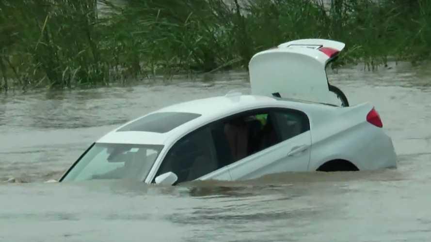Vídeo: tira al río un BMW nuevo porque quería un Jaguar