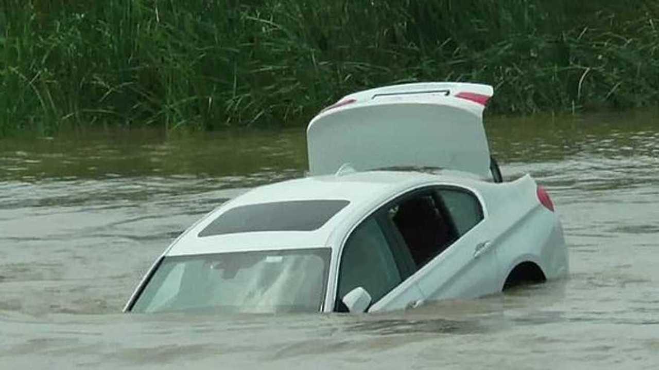 BMW Série 3 dans l'eau