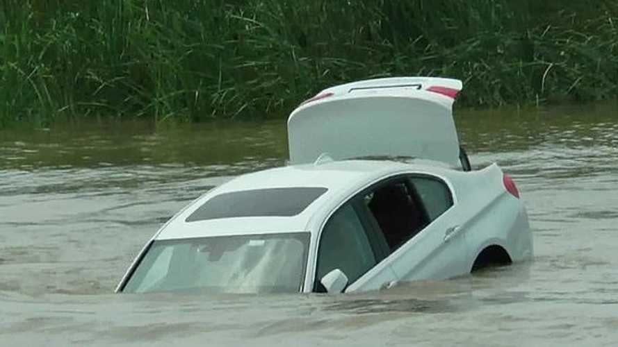 Un Indien jette sa BMW dans la rivière... car il voulait une Jaguar
