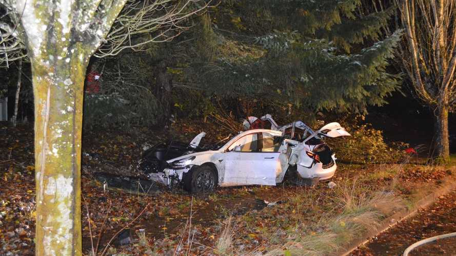 L'incidente della Model 3 è pauroso: auto disintegrata ma guidatore illeso