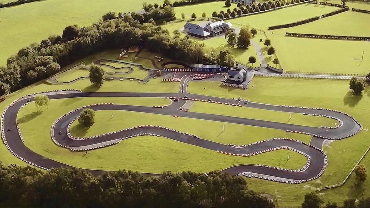 Una mansión con pista de karts, a la venta