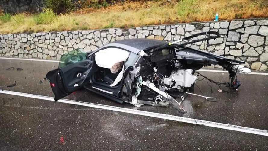 Kettészakadt egy Audi R8, a vezető sértetlenül szállt ki belőle