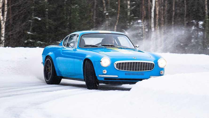 La Volvo P1800 Cyan assure le spectacle sous la neige