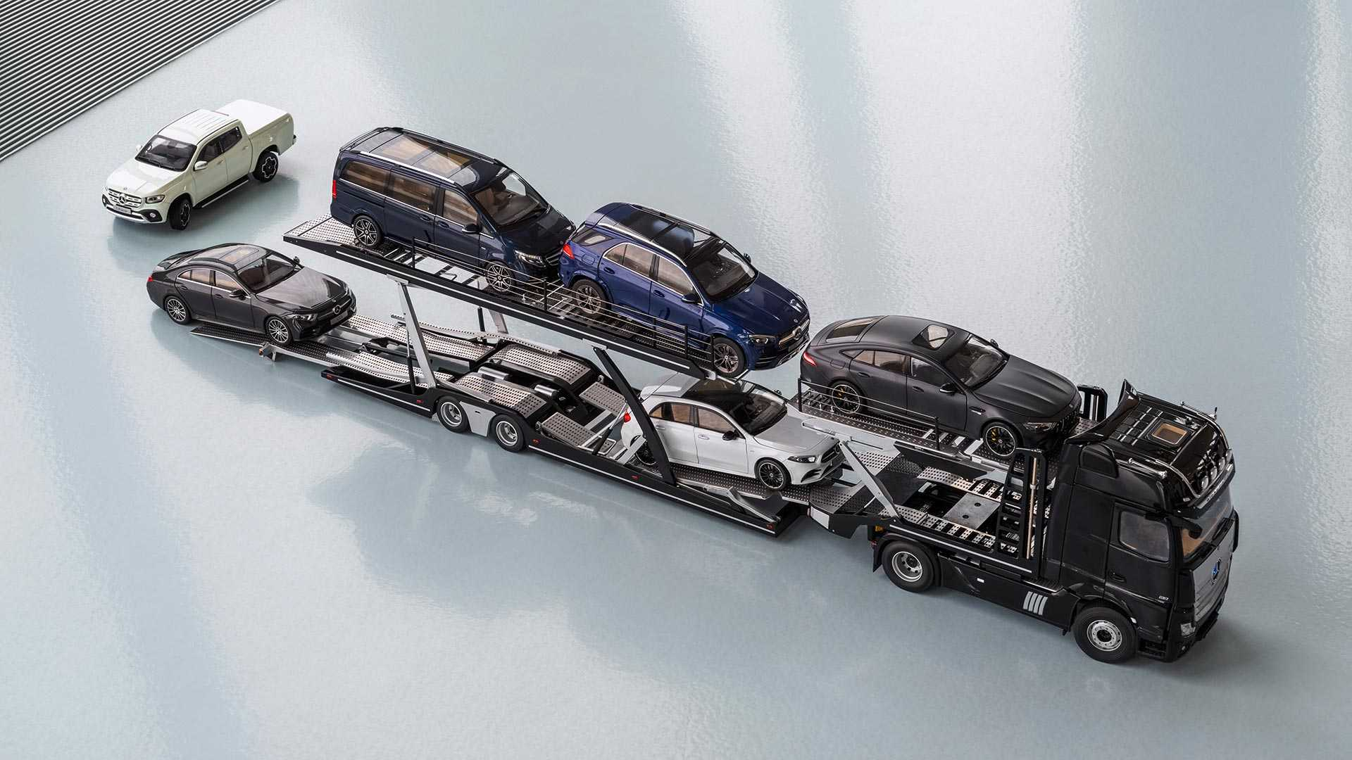 Mercedes-Benz model cars: new Actros tractor with semitrailer