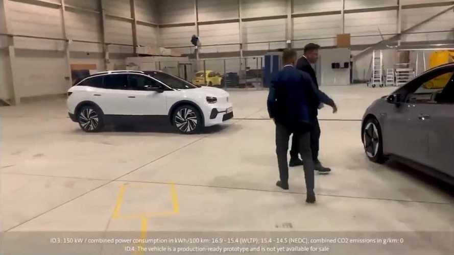 """Ecco il video di Musk che prova la ID.3 (con dietro una """"strana"""" ID.4)"""