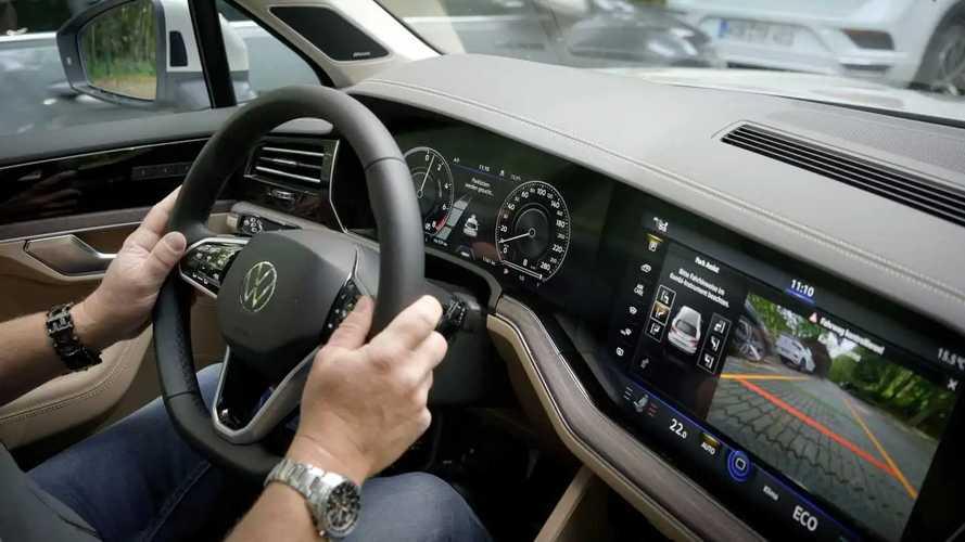 VW Touareg parkt ferngesteuert ein