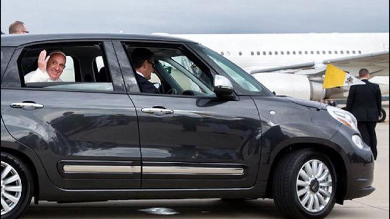 [Copertina] - Fiat 500L, 82mila dollari per quella di Papa Francesco