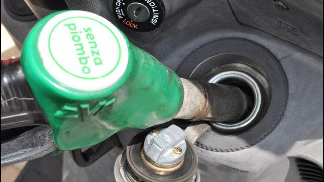 [Copertina] - Il prezzo di benzina e diesel è sceso, ma solo per le promozioni del week end