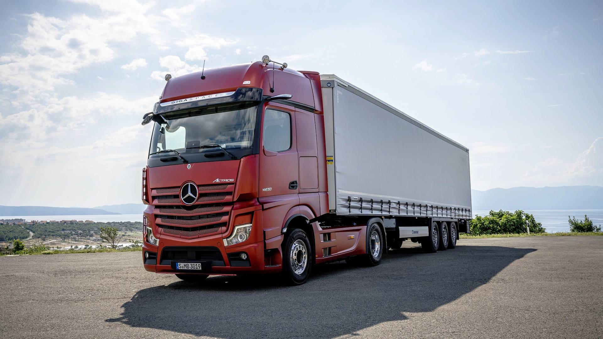 Mercedes Benz Trucks >> New Mercedes Actros Ditches Conventional Mirrors For Cameras