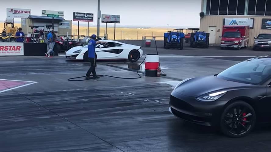 Tesla Model 3 Performance, McLaren 570S ile yarışıyor