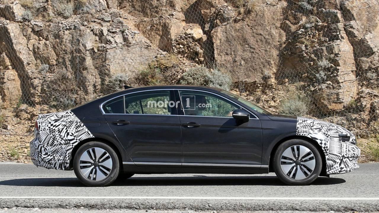 2019 VW Passat GTE facelift spy photo