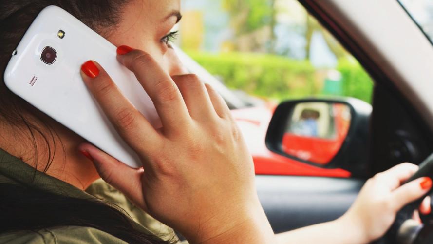 [Copertina] - Divieto di smartphone alla guida, in arrivo nuove regole