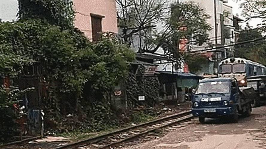 Aracımızı neden tren raylarının yakınına park etmemeliyiz?