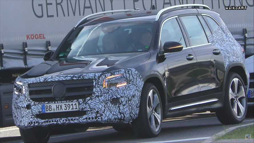 Mercedes-Benz GLB perde camuflagem no melhor flagra até agora