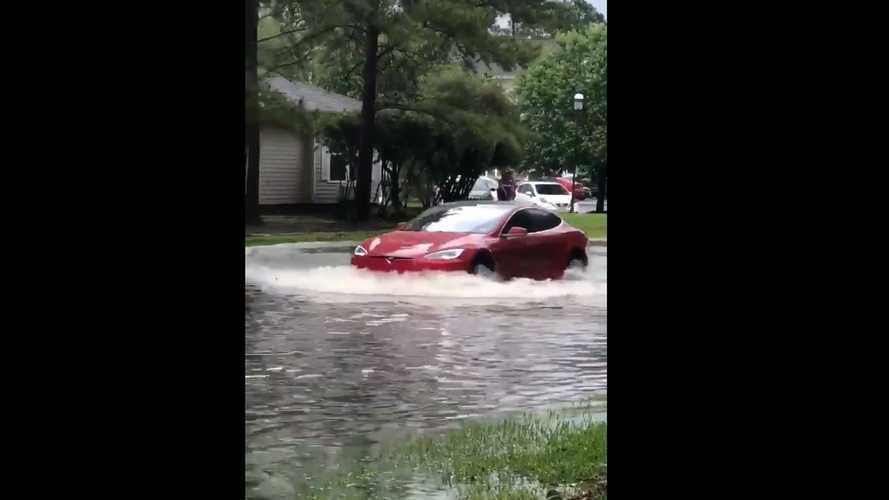 Bu Tesla Model S, su basmış bir yolda ilerliyor