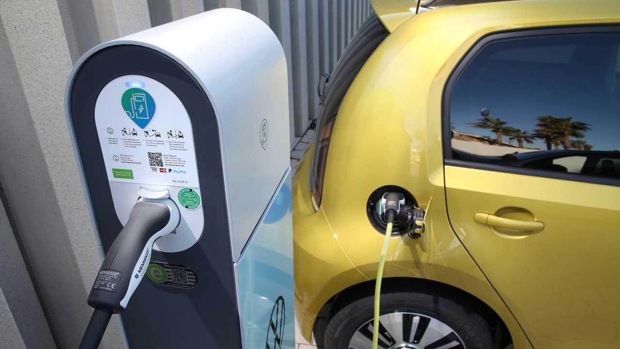 Immer mehr neue Autos fahren und laden elektrisch