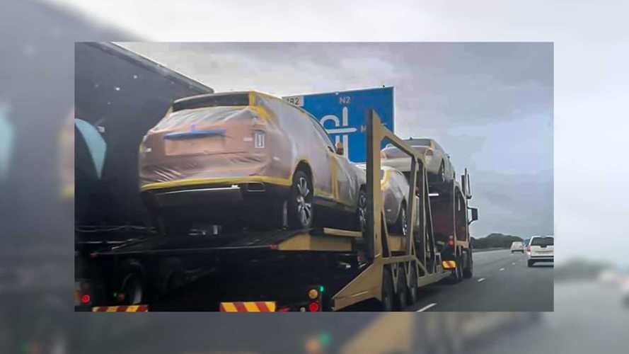 El rey Mswati III recibe los 19 Rolls-Royce que había encargado