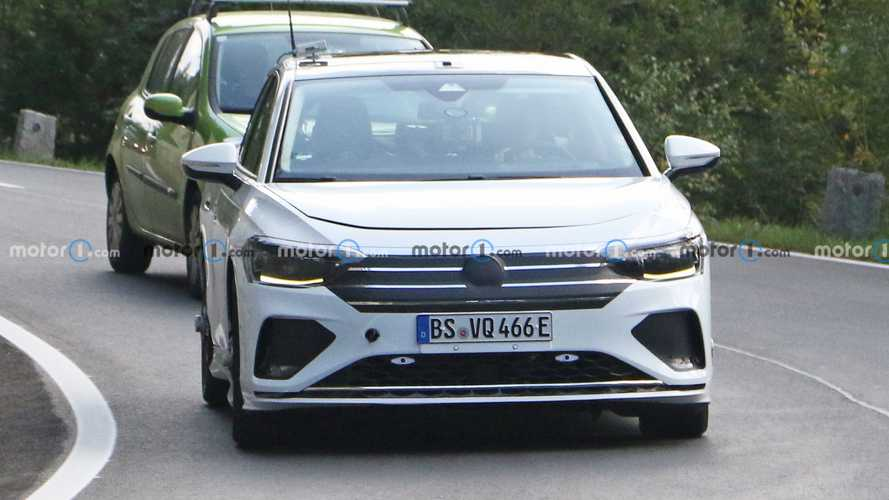 Шпионы близко подобрались к электроседану Volkswagen Aero B