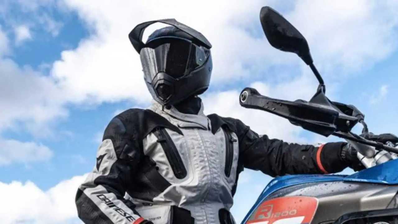 Gunakan helm untuk keselamatan bersepeda motor.