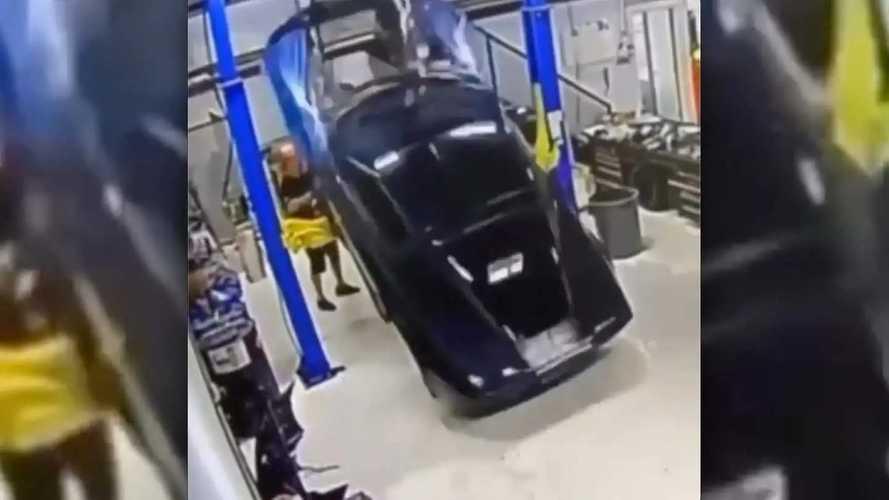 Meccanico maldestro fa cadere la Corvette dal ponte: il video