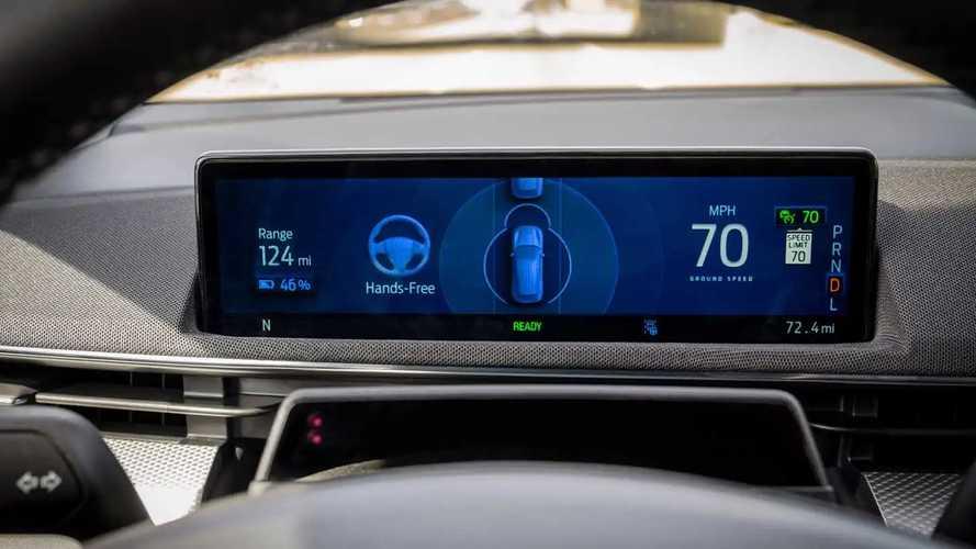 A Tesla önvezető rendszere nem tökéletes, de a Fordénál mindenképpen jobb