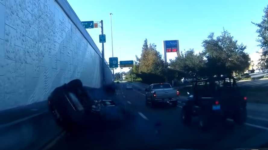 Egy floridai sofőr megpróbált két autó között elsurranni, ehelyett bukfencezett egyet