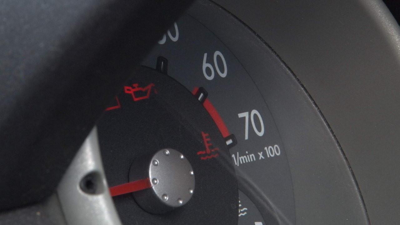 Come si controlla il livello dell'olio motore