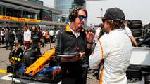 Fernando Alonso, McLaren, en la parrilla con un ingeniero