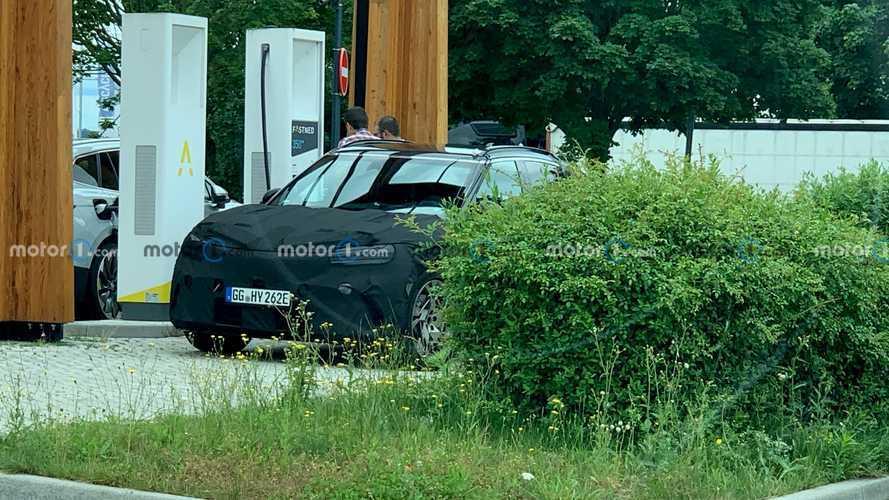 Motor1.com okuyucusu, elektrikli Genesis GV60'ı görüntüledi